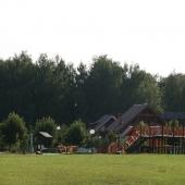 Рядом с забором детская площадка