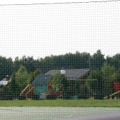 Со стороны спортплощадки вид на детскую площадку