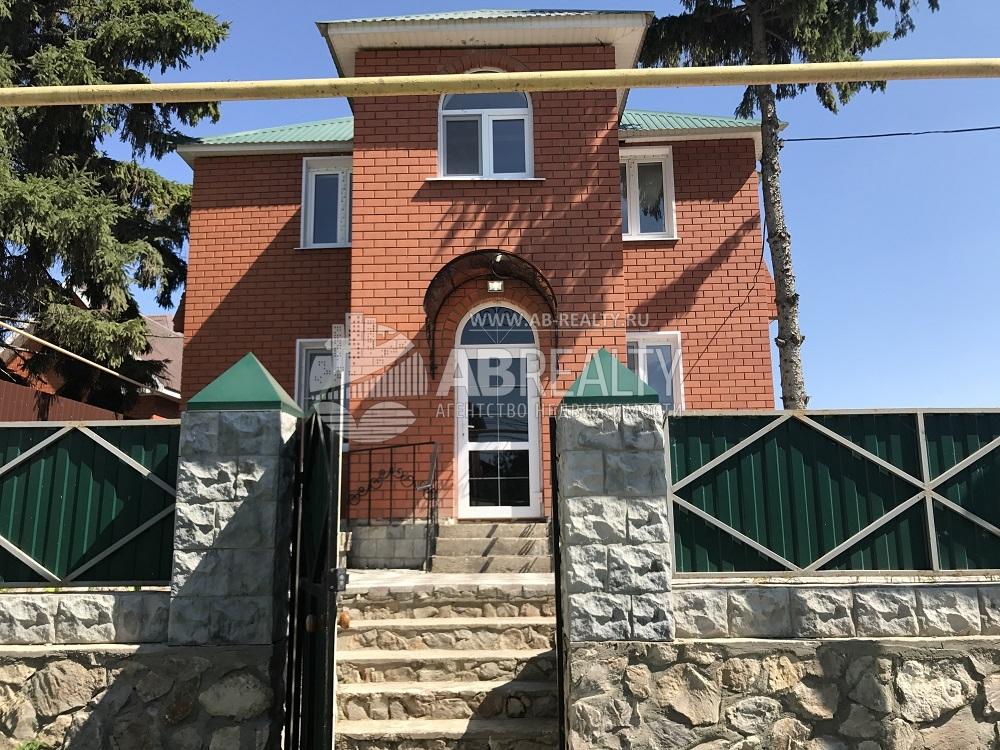 Фасадная часть дома с крыльцом