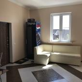 В помещении кухни есть кожаный диван в углу