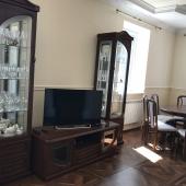 Гостиная меблирована новой мебелью и есть ТВ