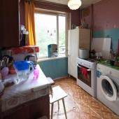 Кухня: стиральная машина расположена там, плита газовая, мебель старая.