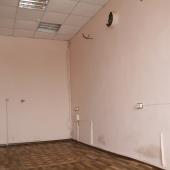 На полу постелен линолеум.