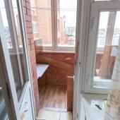 Выход на лоджию, застекленную, окна смотрят во двор.