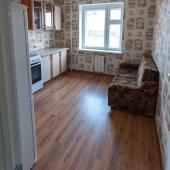 На кухне есть диван в углу
