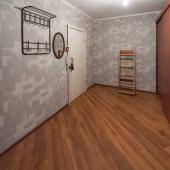 Непосредственно в прихожей есть своя мебель: пара шкафов