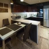 Перед кухней стол и стулья
