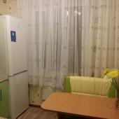 У окна холодильник и уголок