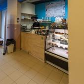 На первом же этаже есть маленькие кафе, островки, магазинчики.