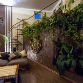 За диванами лестница на второй уровень второго этажа
