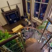 Вид из чилл-аута вниз на гостевую зону