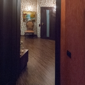 Там как раз дверь слева, которая ведёт сначала в гардеробную комнату - см. фото