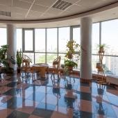 На каждом этаже есть вот такие панорамные окна