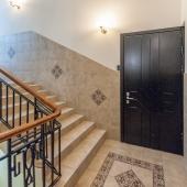 Дверь на лестничной клетке