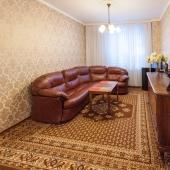 В центре большой диван