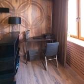 В углу у стены что-то типа небольшого домашнего кабинета