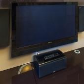 Добротный кинотеатр домашнего пользования висит на стене