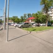 Городская парковка со стороны улицы