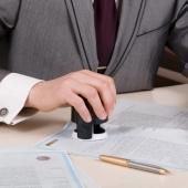 Как передаются деньги от покупателя недвижимости к продавцу через нотариуса