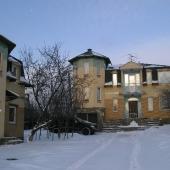 Здесь видно 2 дома: основной и гостевой. Арендовать можно оба или по отдельности.