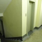 На лестничной клетке