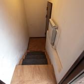 Несколько ступенек и вы попадаете в офис с несколькими комнатами и помещениями