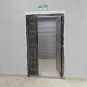 Это вход сбоку в зону лифта