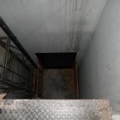 Теоретически можно пользоваться грузовым лифтом - платформой