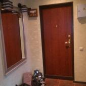 Это уже коридор рядом с входной дверью - обратите внимание на плитку