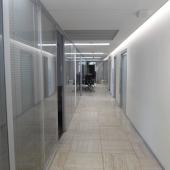 Когда через стеклянные двери заходишь, там вот такой коридор