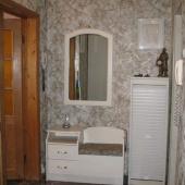 Открытая дверь в ванную комнату