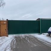 Общая территория огорожена забором.