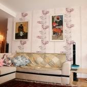 Ленинский пр-т, 139 - над диваном висят картины