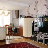 Можно видеть, что мебель вся современная на кухне - полы с подогревом