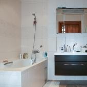 Санузел в комнате с ванной