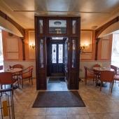Центральный вход в кафе, но есть еще служебный