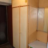 Что-то типа стенного шкафа и импровизированной тумбочки при выходе