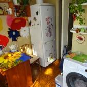 На кухне стоит стиральная машина