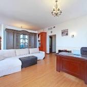 В гостиной стоит стол и кресло, рабочее место для главы дома