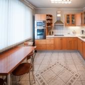 Шикарная просторная кухня
