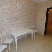 Вот такие стол и стулья хозяева оставили на кухне для аренды
