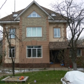 Вид основного хозяйского дома на участке