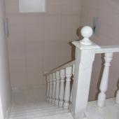 Вот такая мраморная лестница в этом доме