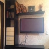 Телевизор в общем пространстве кухни и жилой комнаты