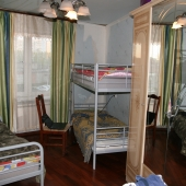 Две детские кровати и шкаф, а немного сбоку есть как бы кладовая