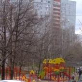 Детская площадка прямо во дворике находится
