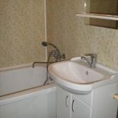 Ванная комната: установлен экран под ванную и тумба под раковину