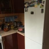 В углу стоит холодильник