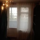 Окно в комнате, выходит на застекленный балкон