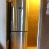 Холодильник стоит в коридоре